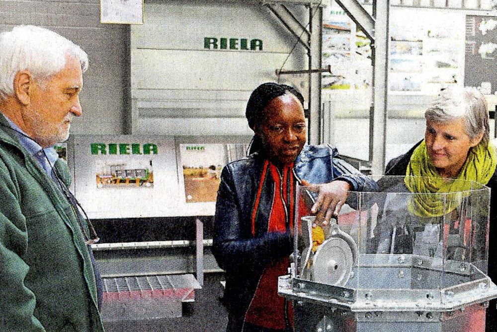 Frau Luise Richard und Betty Namagala aus Uganda bei RIELA<sup>®</sup>